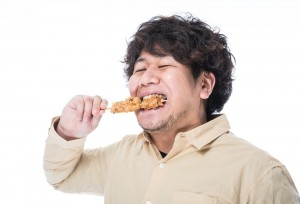 太った人がから揚げを食べる