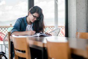 英語を勉強する女性
