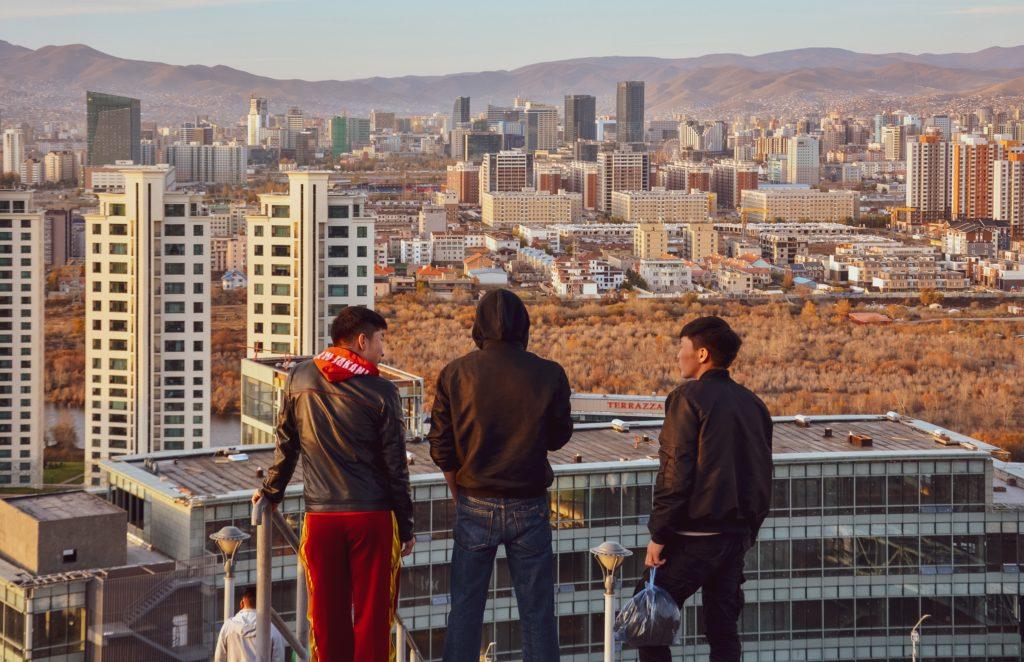 街を眺める人たち